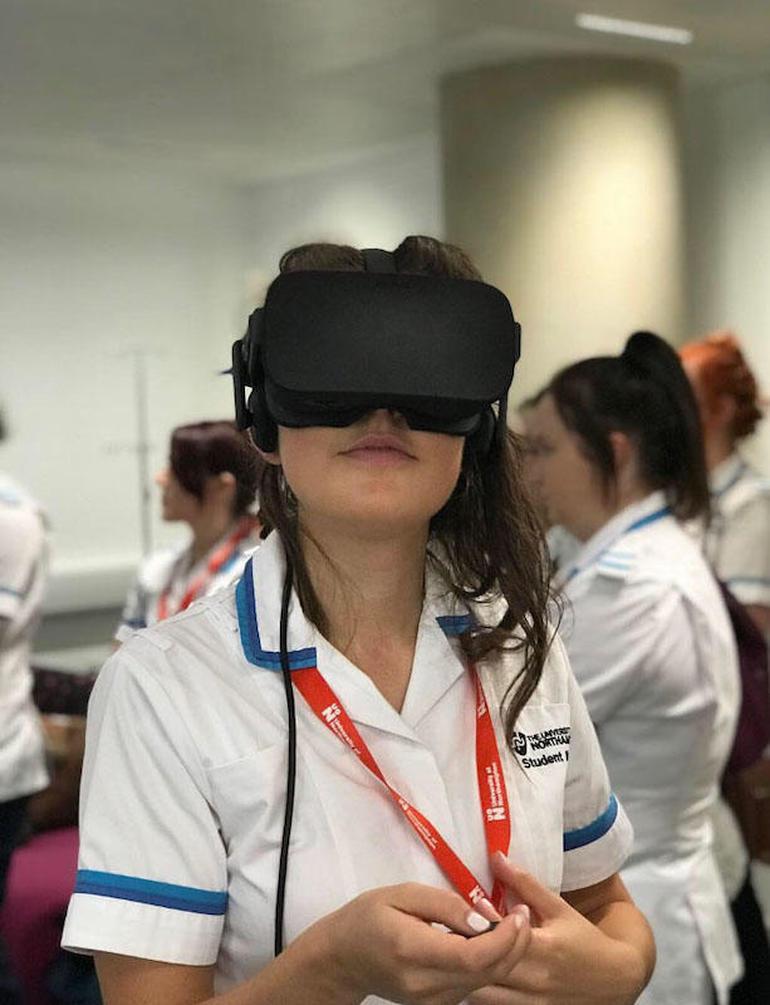 هدست واقعیت مجازی جهت آموزش به پرستاران و پزشکان